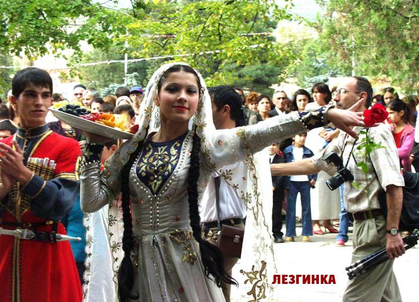 Маленький Дагестанец танцует лезгинку. Поделитесь с друзьями в
